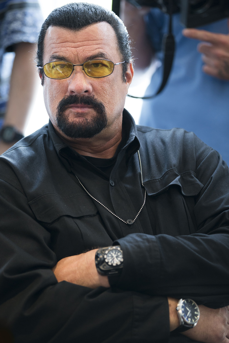 Стивен Сигал (Steven Seagal) в часах Luminox SureFire 2211 WristLight и Omega Railmaster Chronometer